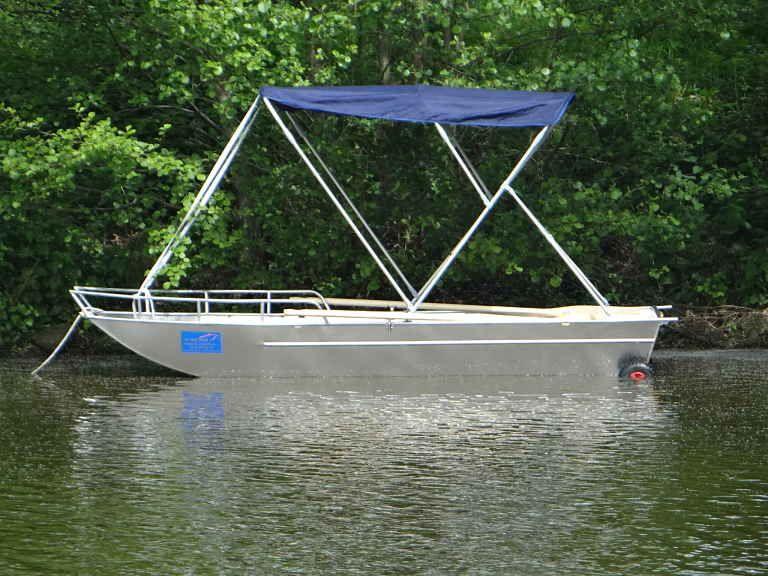 Barque en aluminium équipée d'un taud bleu marine_2